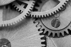 Черная белая предпосылка с cogwheels металла clockwork Макрос Стоковое Изображение