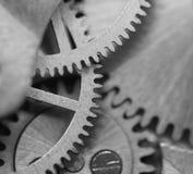 Черная белая предпосылка с cogwheels металла clockwork Макрос Стоковая Фотография RF