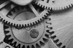 Черная белая предпосылка с cogwheels металла clockwork Макрос Стоковые Фото