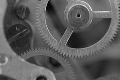 Черная белая предпосылка с cogwheels металла clockwork Стоковые Изображения