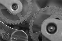 Черная белая предпосылка с cogwheels металла clockwork Стоковое Фото