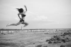 Черная белая фотография танца и скачки, силуэта предпосылки outdoors Стоковое фото RF