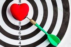 Черная белая цель с дротиком в символе влюбленности сердца как яблочко Стоковые Фото