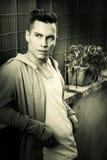 черная белизна сбора винограда портрета изображения Смотреть стиля причёсок модели молодого человека стоковое фото rf