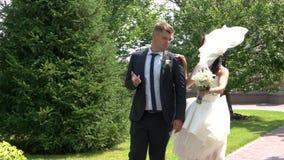 черная белизна сбора винограда типа парка groom невесты сток-видео