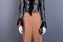 Черная блузка шнурка и коричневые брюки стоковые изображения rf