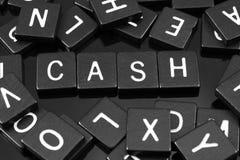 Черная буква кроет говорить черепицей слово & x22 по буквам; cash& x22; стоковое изображение