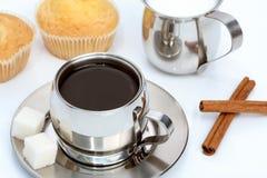 черная булочка молока кофейной чашки циннамона Стоковые Фото