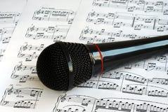 черная верхняя часть листов нот микрофона Стоковые Изображения RF