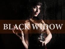 Черная вдова написанная на виртуальном экране Рука тоски молодой женщины и унылое на окне в дожде Стоковые Фото