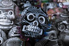 Черная голова на много черепов стоковые фотографии rf