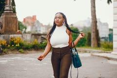 Черная девушка в парке лета стоковые фотографии rf