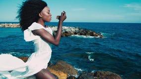 Черная девушка на море видеоматериал
