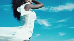 Черная девушка на море сток-видео