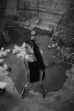черная девушка платья внутри камня карьера сексуального Стоковое Фото