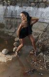 черная девушка платья внутри камня карьера сексуального Стоковая Фотография RF