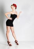 черная девушка платья представляя не доходя Стоковая Фотография RF