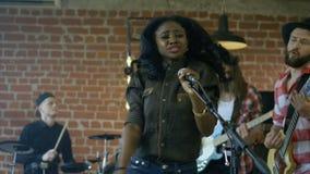 Черная девушка поя с диапазоном сток-видео