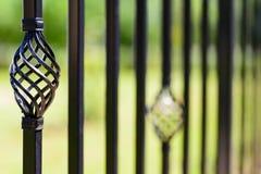 Черная декоративная загородка металла, угловые железные пруты и изогнутая верхняя часть стоковые изображения rf