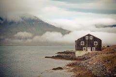Черная деревянная дом в восточной Исландии Стоковая Фотография RF