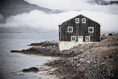 Черная деревянная дом в восточной Исландии Стоковое Изображение RF