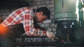 черная деятельность детали крупного плана blacksmith Машина ковкой стали внутри промышленного предприятия  движение медленное сток-видео
