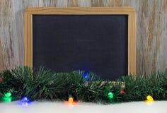 Черная доска с светами и гирляндой рождества Стоковая Фотография RF