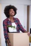Черная девушка двигая в новую квартиру Стоковая Фотография