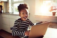 Черная девушка с радостным выражением Стоковые Фотографии RF