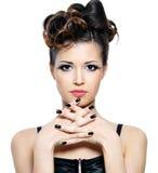черная женщина стиля причёсок ногтей Стоковые Изображения RF