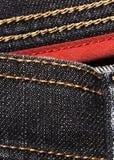 Черная джинсовая ткань с красной границей Стоковая Фотография