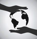 Черная земля на значке рук, сохраняет концепцию земли Стоковые Фото