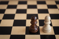 черная игра шахмат одно pawns белизна стратегии 2 Стоковое фото RF