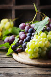 Черная и желтая виноградина на деревянном столе Стоковая Фотография RF