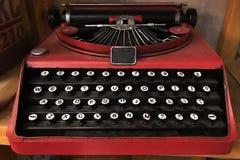 Черная и красная винтажная машина клавиатуры металла Стоковые Фото