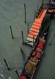 Черная и красная гондола в Венеции Стоковые Фото