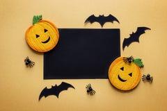 Черная карточка чистого листа бумаги с декоративными тыквами, пауками и летучей мышью Стоковое Фото