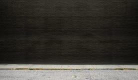 Черная кирпичная стена на улице Стоковое Изображение RF