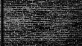 Черная кирпичная стена с водоотводной трубой - хмурым городским backgroun grunge Стоковое Изображение RF