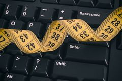 Черная клавиатура компьютера и желтая рулетка Стоковые Фотографии RF