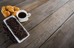 Черная кофейная чашка с заполненным хлебом на древесине Стоковое Изображение RF