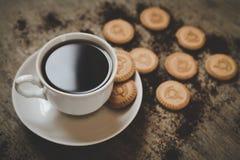 Черная кофейная чашка с печеньями Стоковые Фото
