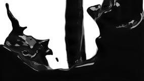 Черная краска заполняет вверх экран, замедленное движение, изолированное на белизне с cannel альфы акции видеоматериалы