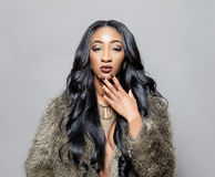 Черная красота с элегантным вьющиеся волосы стоковые изображения rf
