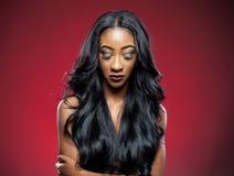 Черная красота с элегантным вьющиеся волосы стоковые фотографии rf