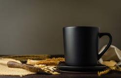 Черная кружка с темной предпосылкой Стоковые Фотографии RF