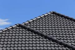 Черная крыша плиток на новой Стоковая Фотография