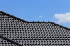 Черная крыша плиток на новом доме Стоковые Фотографии RF