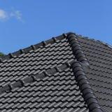 Черная крыша плиток на новом доме Стоковая Фотография