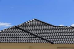 Черная крыша плиток на новом доме Стоковые Изображения